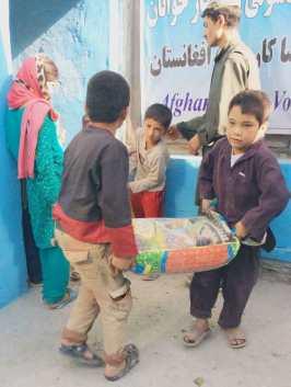 Kids receiving oil & rice